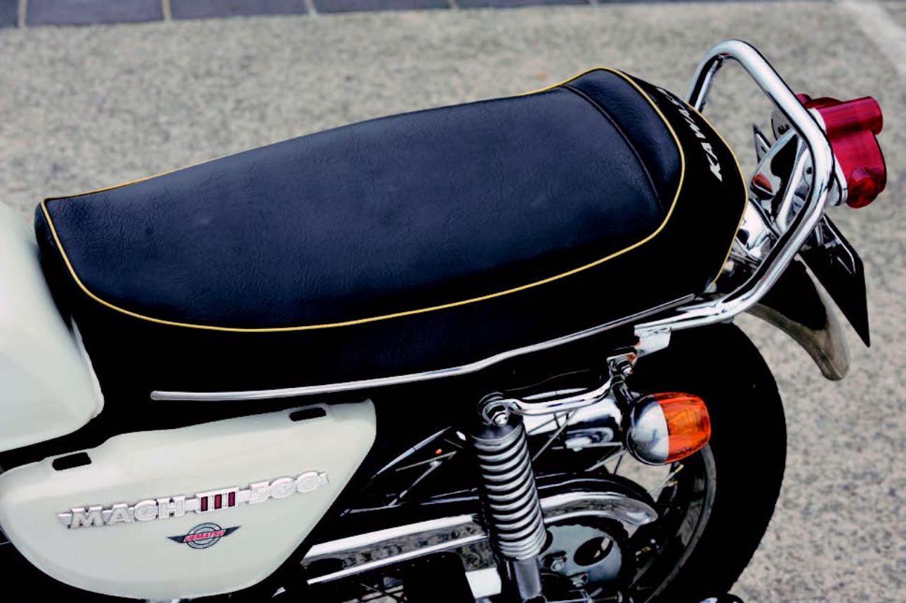 画像: 後端を跳ね上げたシート形状はデザイン的なこだわり。ヒンジを使った横開き式で、シート下にはヒューズが収められている。