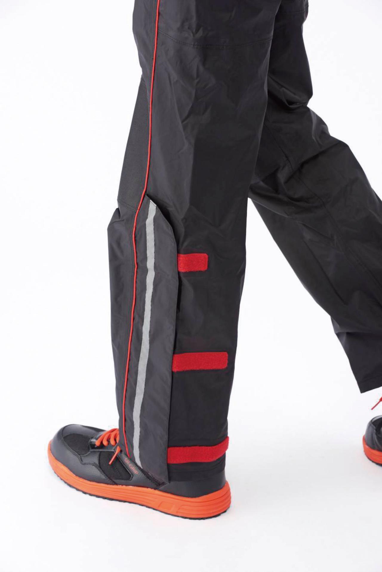 画像: 足元は3カ所のマジックテープで調整可能。ブーツを履いたままでの着用も想定されている。また、安全性を高める反射テープも装備。