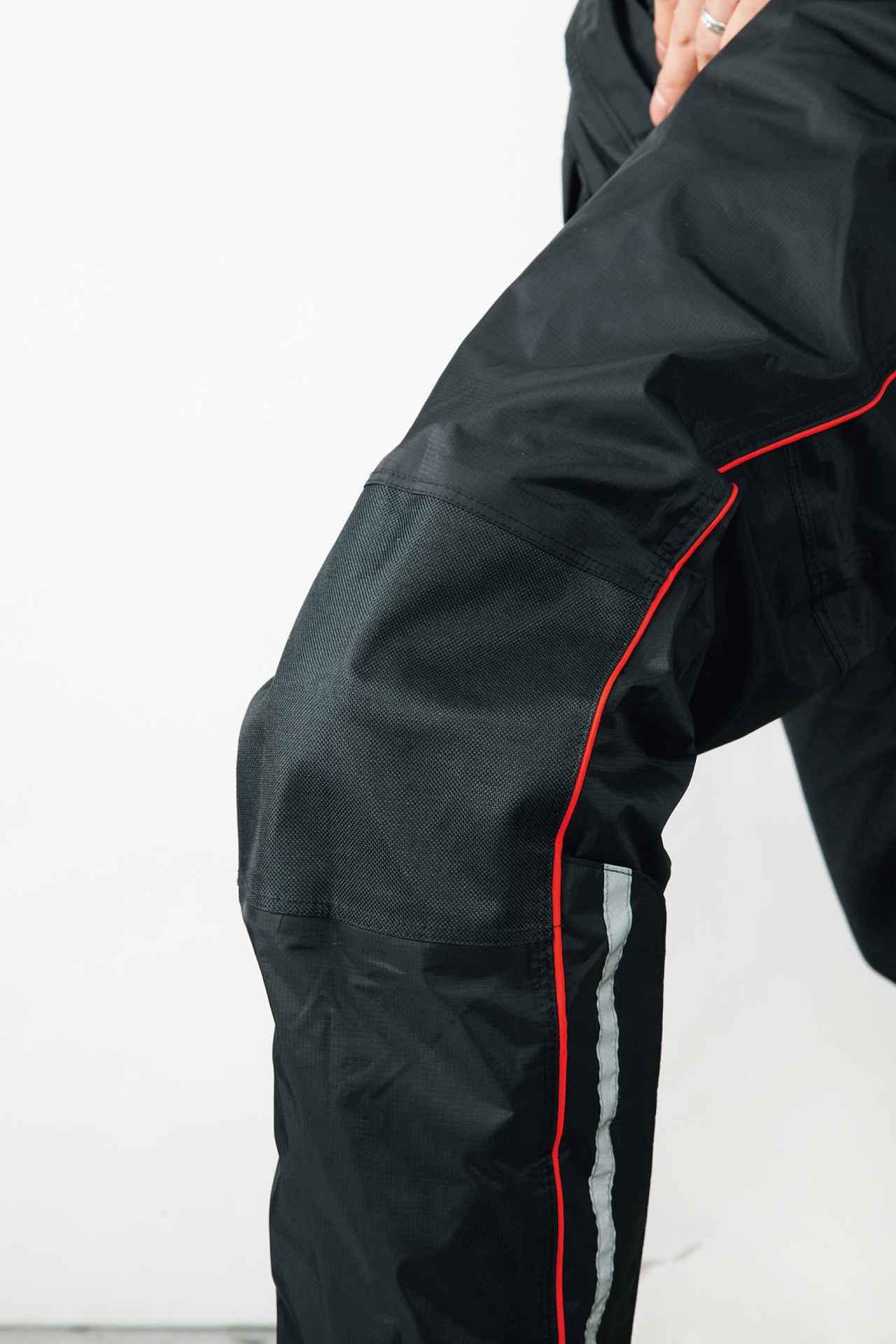 画像: 取り外し可能なパッドを内蔵した、ひざ当て付き。レインウエアでは珍しい装備。