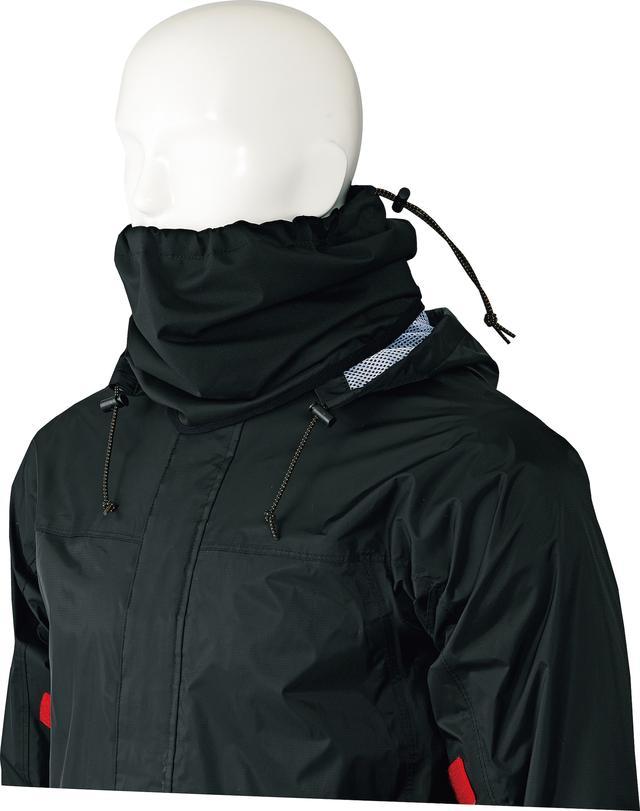 画像: レインネックガードが付属しており、装着することでヘルメットを着用した際の、首周りからの浸水を防止する。
