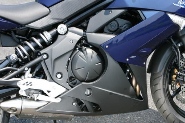 画像: 輸出用の650をベースにボアを14.6mm、ストロークを5.7mm縮小して399ccとした180度クランクのDOHCパラレルツイン。FIも口径を38φから34φに絞って排気量とのバランスをとっている。