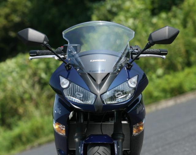 画像: 精悍なデザインのフロントマスク。スクリーンはやや小ぶりだが、高速道路のクルージングでは十分な効果を発揮。