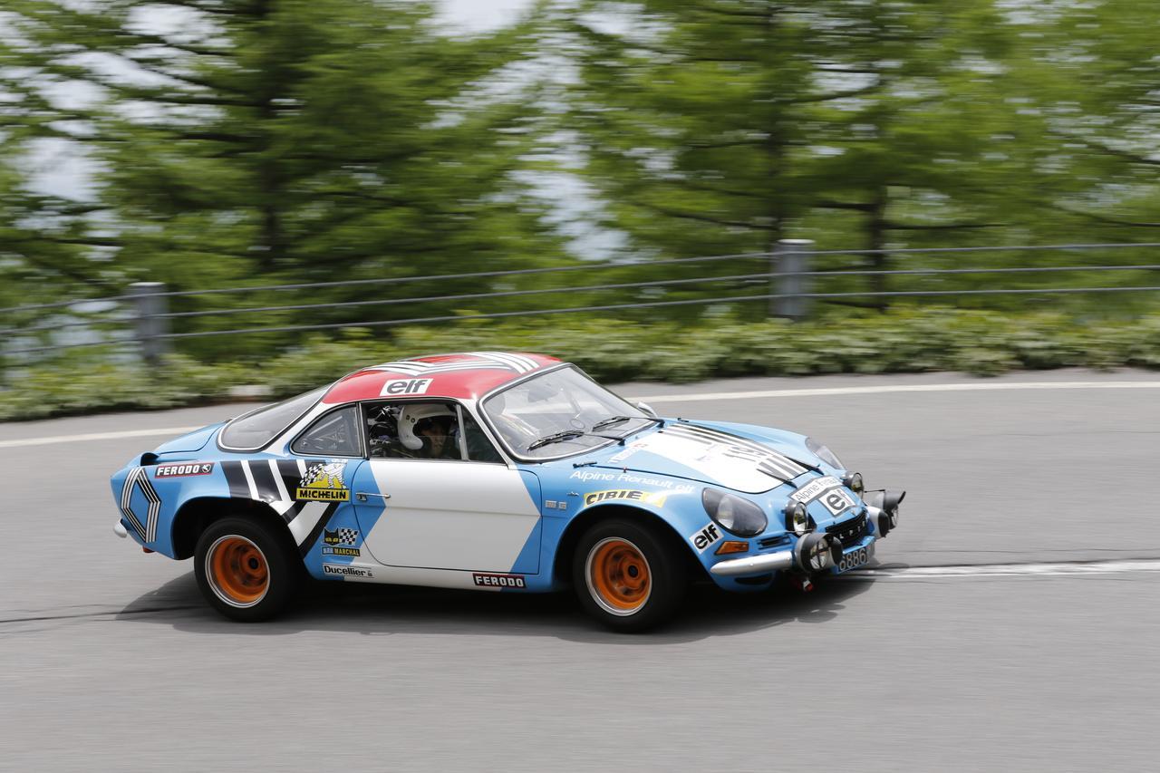 画像: 総合優勝の栄冠に輝いたアルピーヌA110。実車は非常にコンパクトです。
