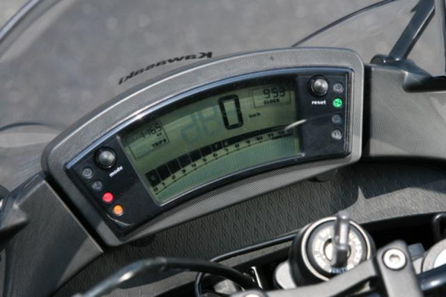 画像: 赤色バックライト採用のフル液晶メーターは、ツイントリップや時計も装備。タコメーターはバーグラフ表示される。