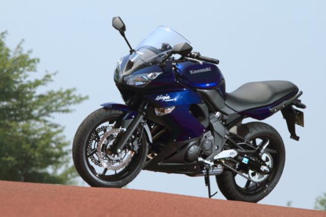 画像: 400クラス唯一のフルカウルは、ニンジャシリーズ共通のシャープなイメージを持たせたデザイン。2012年モデルは新色のメタリックノクターンブルーが登場。