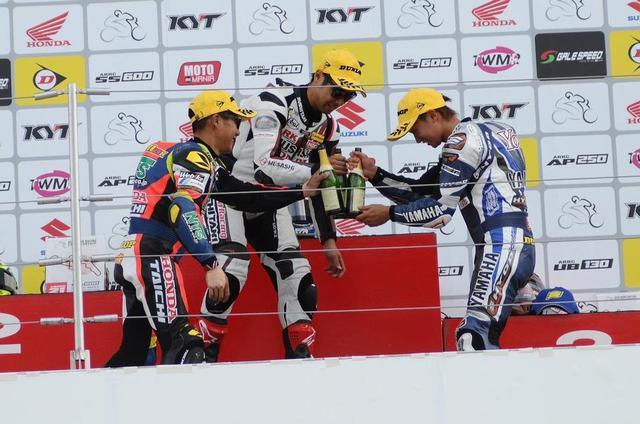 画像: 僕がいちばん好きなシーンです 表彰台でシャンパンをかちーん!