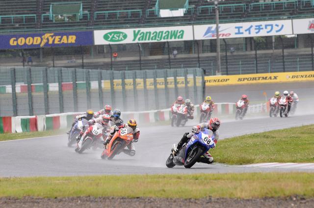 画像: スタートシーンはこんな感じ。雨路面で、すでに#68前田がレースをリードしています