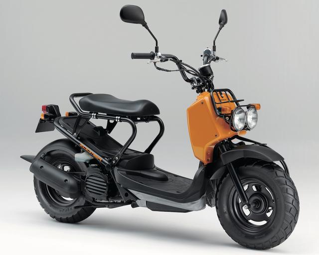 画像: H062 HONDA ZOOMER ■価格:24万3000円 2001年発売以来、個性的なデザインが支持される原付一種のストリートスクーター。2眼ライトのファニーフェイス、シート下をスルーにして、スケートボードなどの長尺物も収納可能としている。
