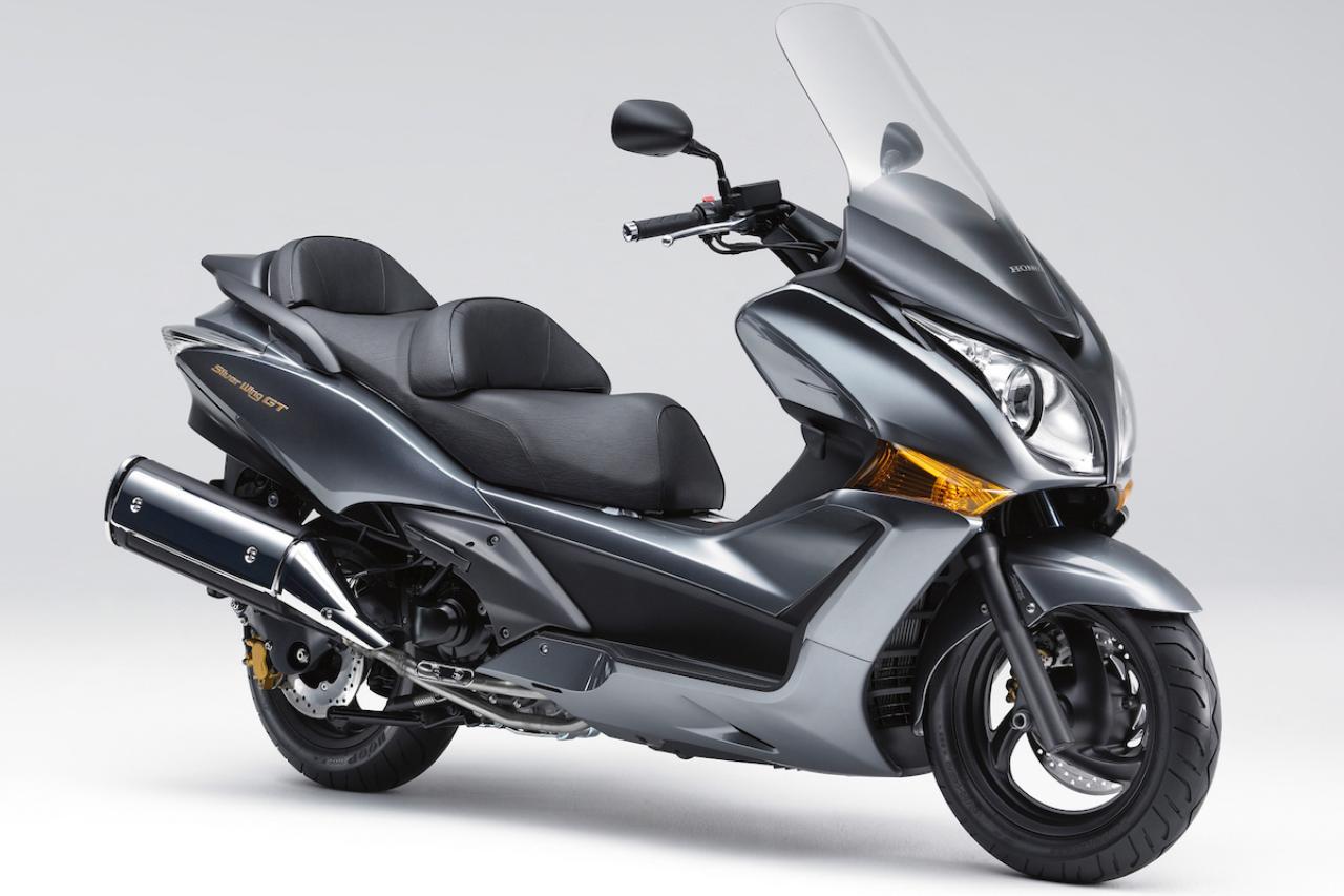画像: H048 HONDA SILVERWING GT600/ABS ■価格:91万8000円/97万2000円(ABS) ホンダ製スクーターの中で最大排気量のモデル。先代シルバーウイング600から受け継がれた、強力な582cc水冷並列2気筒エンジンで、GT=グランドツアラーという車名通りの快適な走りを味わえる。