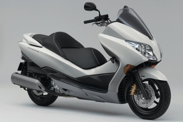 画像: H050 HONDA FORZA Z/ABS ■価格:71万2800円 /77万7600円(ABS) フォルツァシリーズの中でも、多彩な変速モードを備えるホンダSマチックを採用してスポーティな走りと優れた快適性を実現し、250ccクラスのスクーターの中でも根強い人気を誇るモデル。