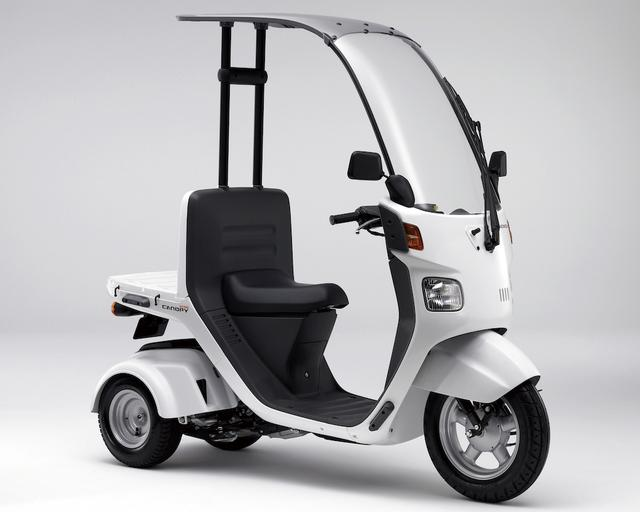 画像: H074 HONDA GYRO CANOPY ■価格:53万8920円 3輪ビジネススクーターのジャイロXをベースに、フロントマスク一体の大型スクリーンとルーフを装備した全天候モデル。ボディだけでなくフロントホイールが12インチに大径化。