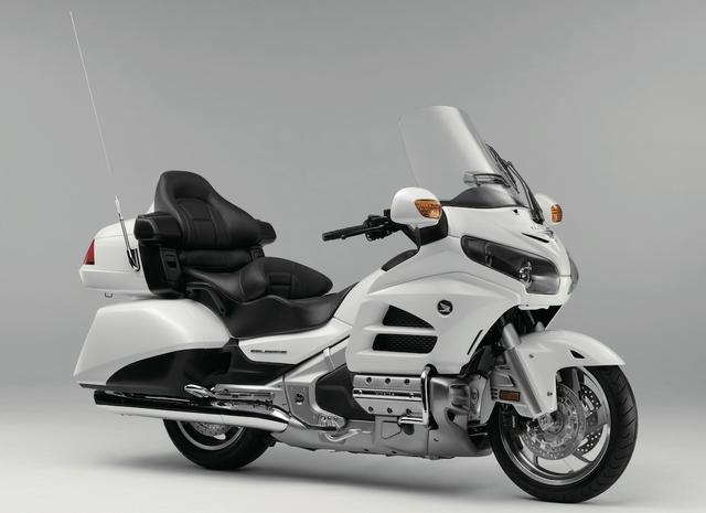 画像: H038 HONDA GOLDWING ■価格:240万8400円/251万6400円(ヘビーグレーメタリックU) 1832ccの水平対向6気筒エンジンを搭載する快適&上質な走りを楽しめるグランドツアラー。エアロダイナミクスを追求し防風効果も高いカウル、ゆったりとしたシート、オーディオ、大容量のサドルバッグなど豪華装備が充実。