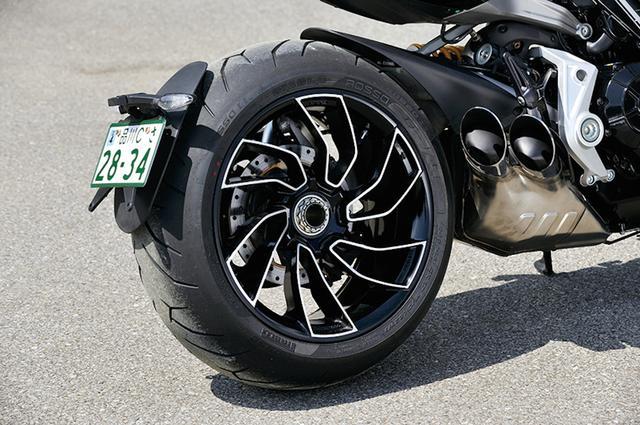 画像: ド迫力のリアタイヤは240/45 ZR17ピレリ製ディアブロ・ロッソⅡ。両モデル同サイズの8.00×17だが、Sは専用デザインの切削ホイールを履く。