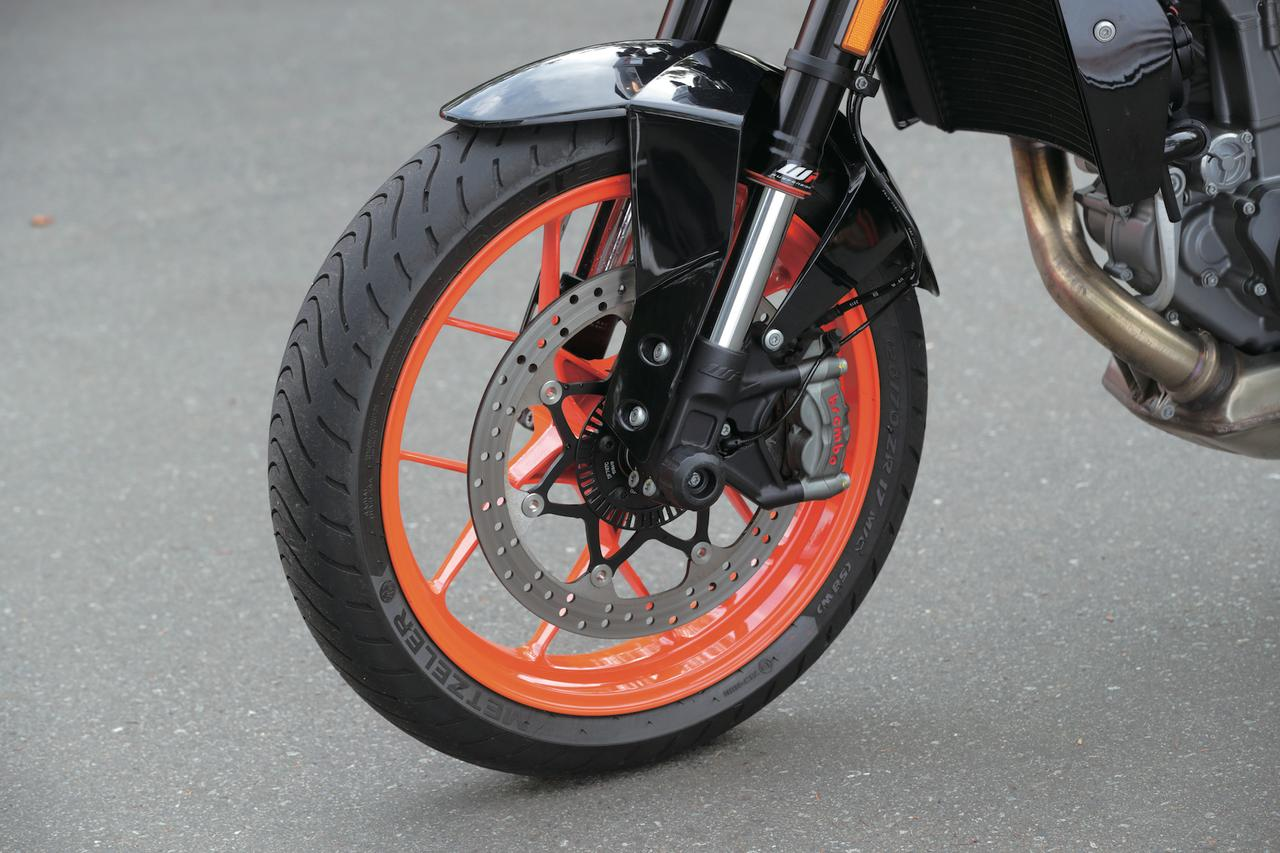 画像: スタンダード、RともにフロントにはWP製の倒立フォークを採用するが、Rはフルアジャスタブル仕様となる。装着タイヤはメッツラーの「ロードテック01」だ。
