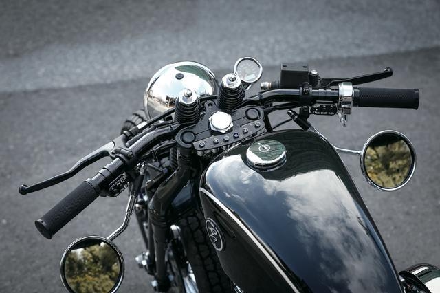 画像: スプリンガーフォーク上端の剥き出しのスプリングがシートに跨った途端に目に入り、現代のオートバイとは思えぬムードを漂わす。インジケーターも最小限だ。
