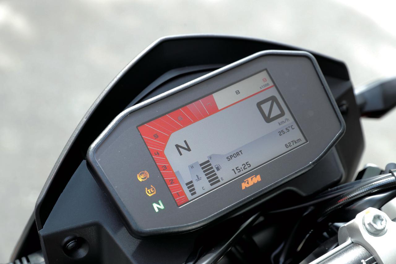 画像: 今回からメーターは視認性の高いカラーTFTを使用した多機能タイプに変更。バーグラフ式タコメーターは冷間時や高回転時に色を変えるユニークな方式を採用している。
