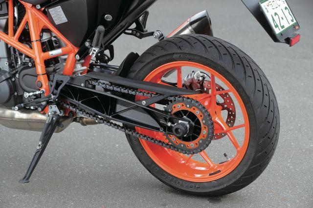 画像: スタンダードのホイールはブラックで、写真のRはオレンジのホイールを採用。リアショックもRはフルアジャスタブルとなる。スイングアームは独特の「裏組み」デザイン。