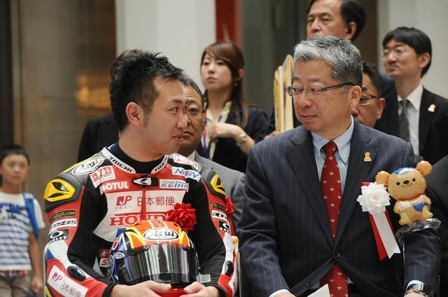 画像: 雄介のとなりは日本郵便(株)代表の横山邦男さん ドえらい大物と談笑してますw