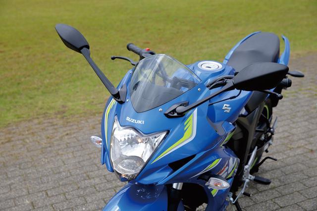 画像: MotoGPカラーをまとっていることも大きいが、フロントマスク、特に特徴的なヘッドライト形状はGSX-Rシリーズを思い起こさせるもの。スズキらしさにあふれたデザインだ。