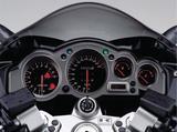 画像: 小径の燃料計と水温計を右に寄せたアナログ4連メーター。ツアラーらしく中央にはスピードメーターが配置される。自主規制に合わせて数字表記を280までにした300㎞/hフルスケールメーターはZZRのプライドだ。
