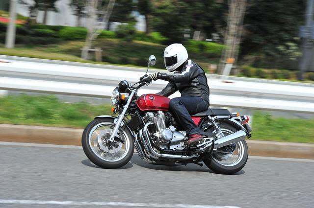 画像: CB1100 EXは剛性と強度を確保しつつゆったりとした乗り味を実現。