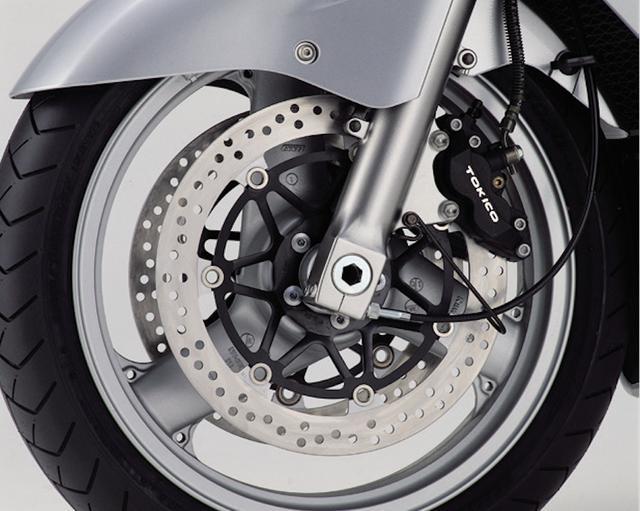 画像: φ43㎜正立カートリッジフォークはセッティングを大きく変更。ブレーキは、φ320㎜フローティングディスクに、ピストン径φ30㎜+φ34㎜のトキコ製異径対向4ピストンキャリパーの組み合わせ。