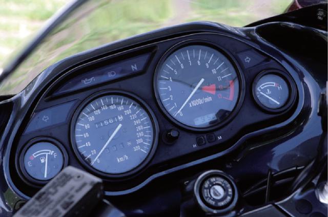 画像: 左から燃料計、スピード、タコ、水温計と配置された4連メーター。インジケーターランプは、水温計上部からスピードメーター上に移設された。タコメーター内に液晶デジタル時計が内蔵されたのはD3型から。