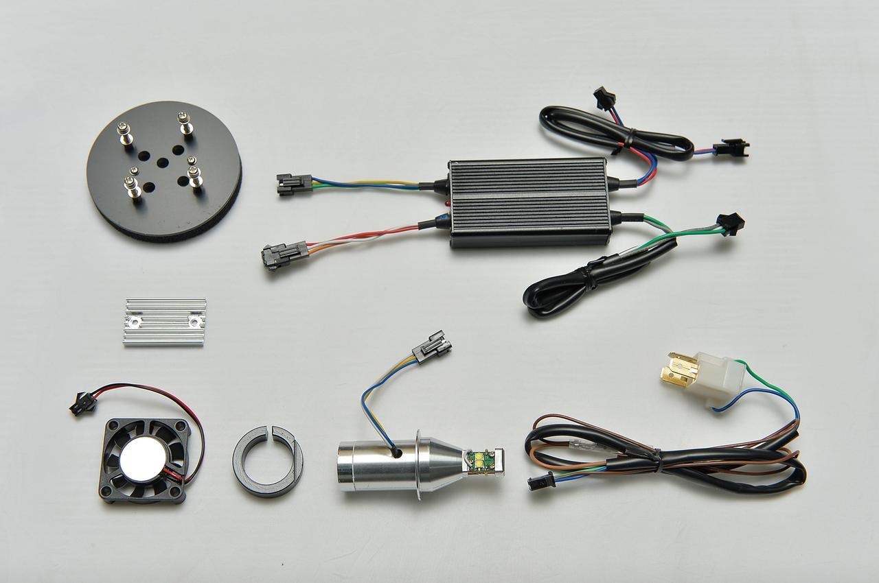 画像: 1灯分のキット内容。コントローラーも小型で装着場所に困らない。左下が冷却ファンで、その上にあるのがアルミ製ヒートシンク。