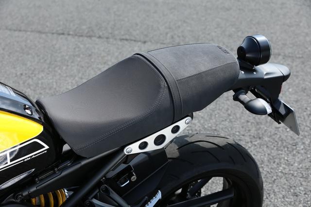 画像: オールドテイストを強調したシートは、形状も表皮も専用仕様。タンク形状も異なることから、MT-09に比べ着座位置は50㎜ほど後方に移動した。