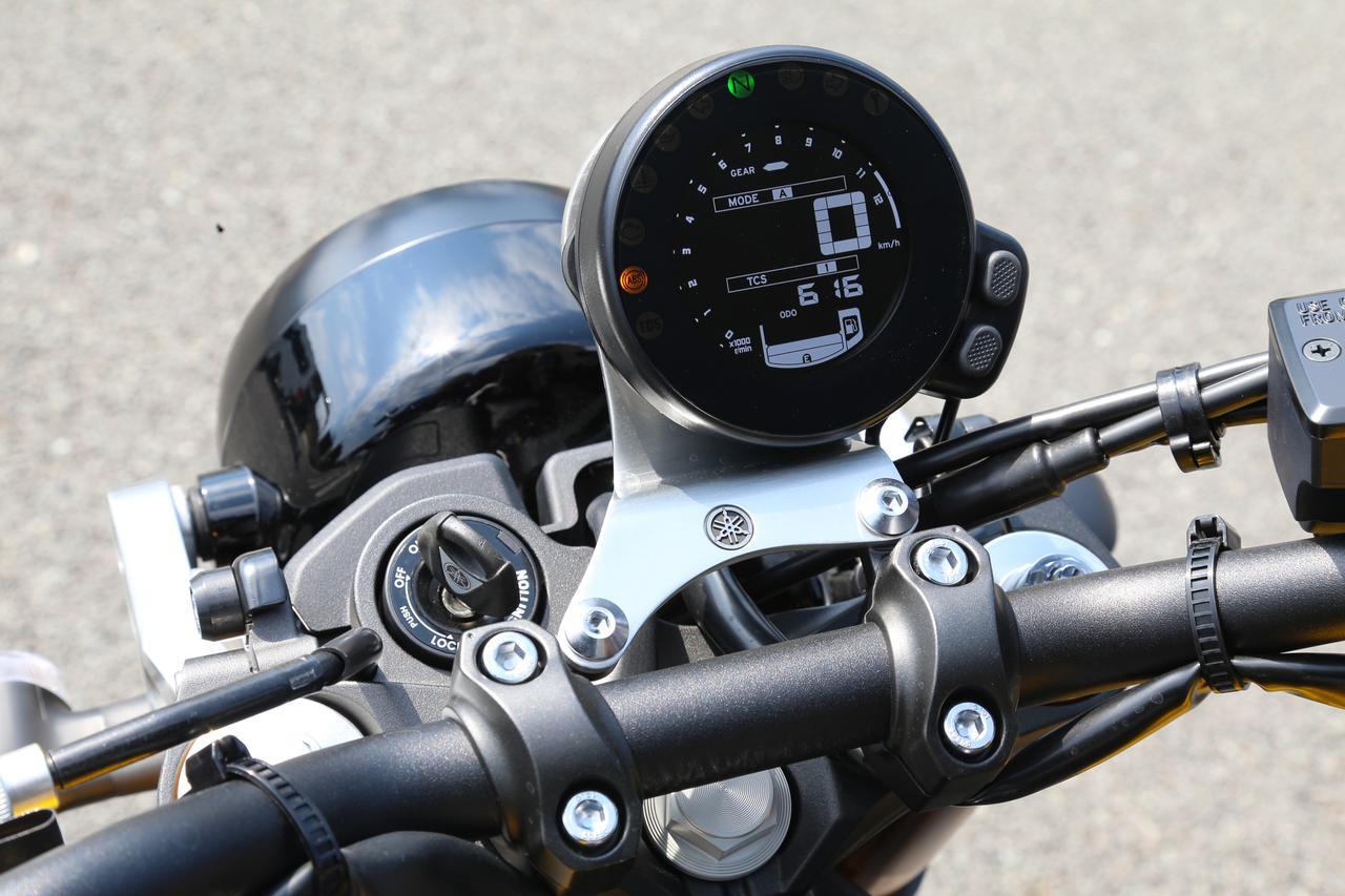 画像: レトロな車両のムードに合わせ、専用の丸型メーターを採用。速度を中央にデジタル表示するほか、エンジン回転数を円周上に時計回りで示す。
