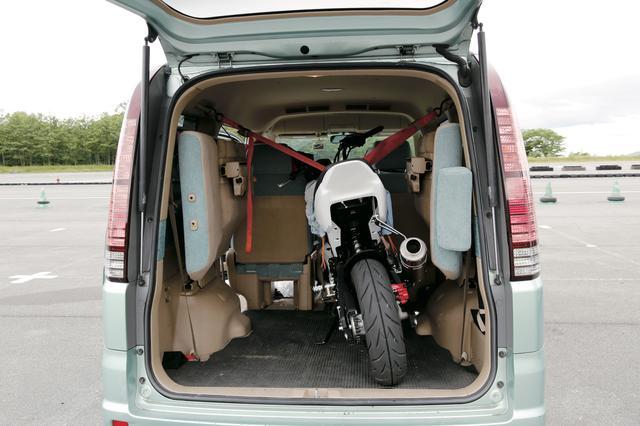 画像: 今回のトランポはステップワゴン(RF3)。2列目シートを畳んで、前方に押し付けるだけで余裕で積載。