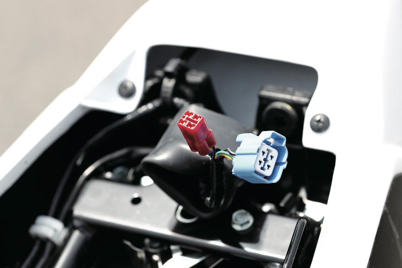 画像: 赤いカプラーは燃調などを変更できるセッティング用で、CBR600RRやCBR1000RRなどのレースベース車と共通。青のカプラーはロガー接続用。