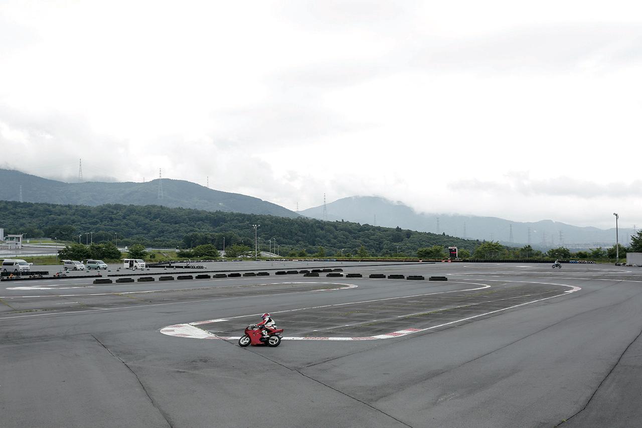 画像: 全長520mの「レーシングコース」と全長200mの「ショートコース」が用意されるカートコース。「レーシングコース」は「レンタルカート」と「スポーツ走行(持込走行)」の交代制。取材日はひと気のない「ショートコース」で延々走り続けた。