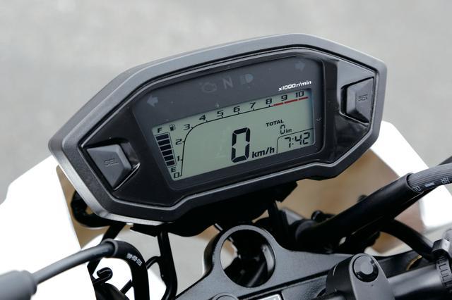 画像: 市販車と同様のメーター。オド/トリップメーターを始め、走行距離や燃料計、時計まで装備されているので、耐久イベントのときは重宝しそうだ。