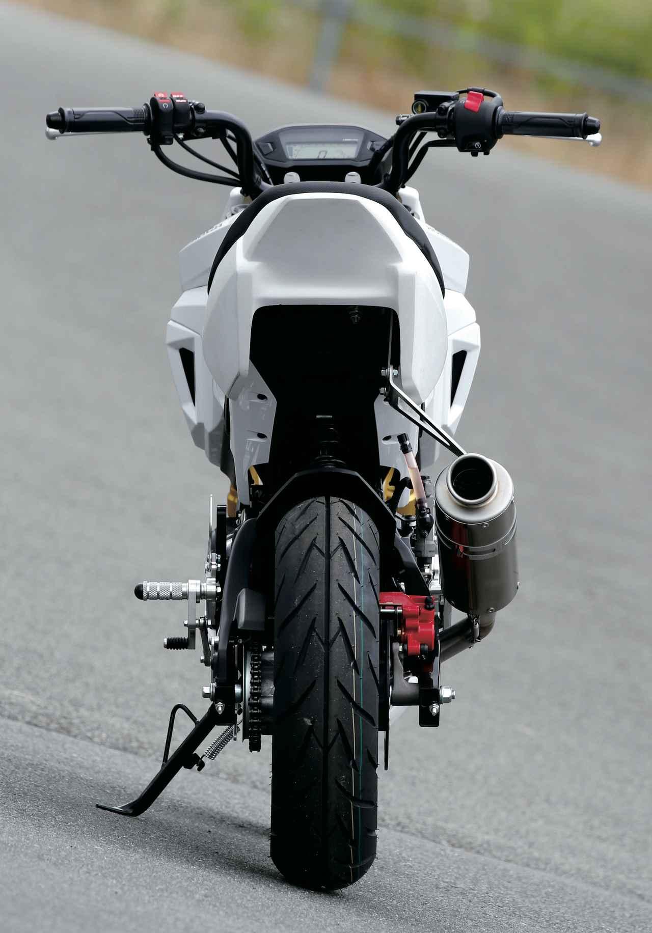 画像: ライト類が取り外され、シャープな印象になっているリアビュー。サイドスタンドの取り外しはミニバイク界の常識らしいが、それは今後の課題ということで。