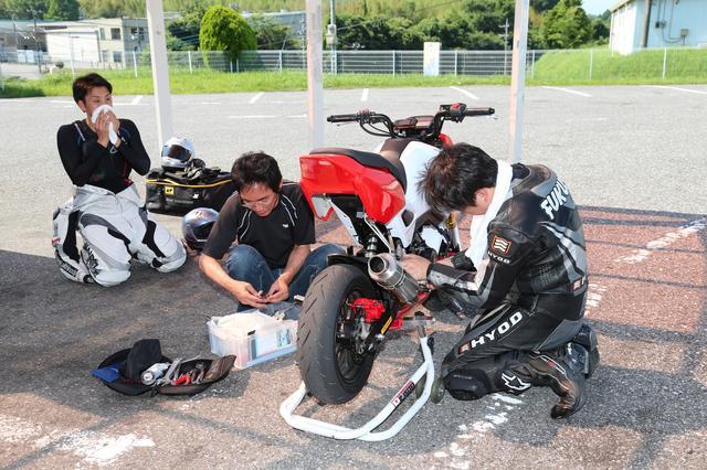 画像: 走れる状態に…と太田さんと福助さんが色々してくれました。