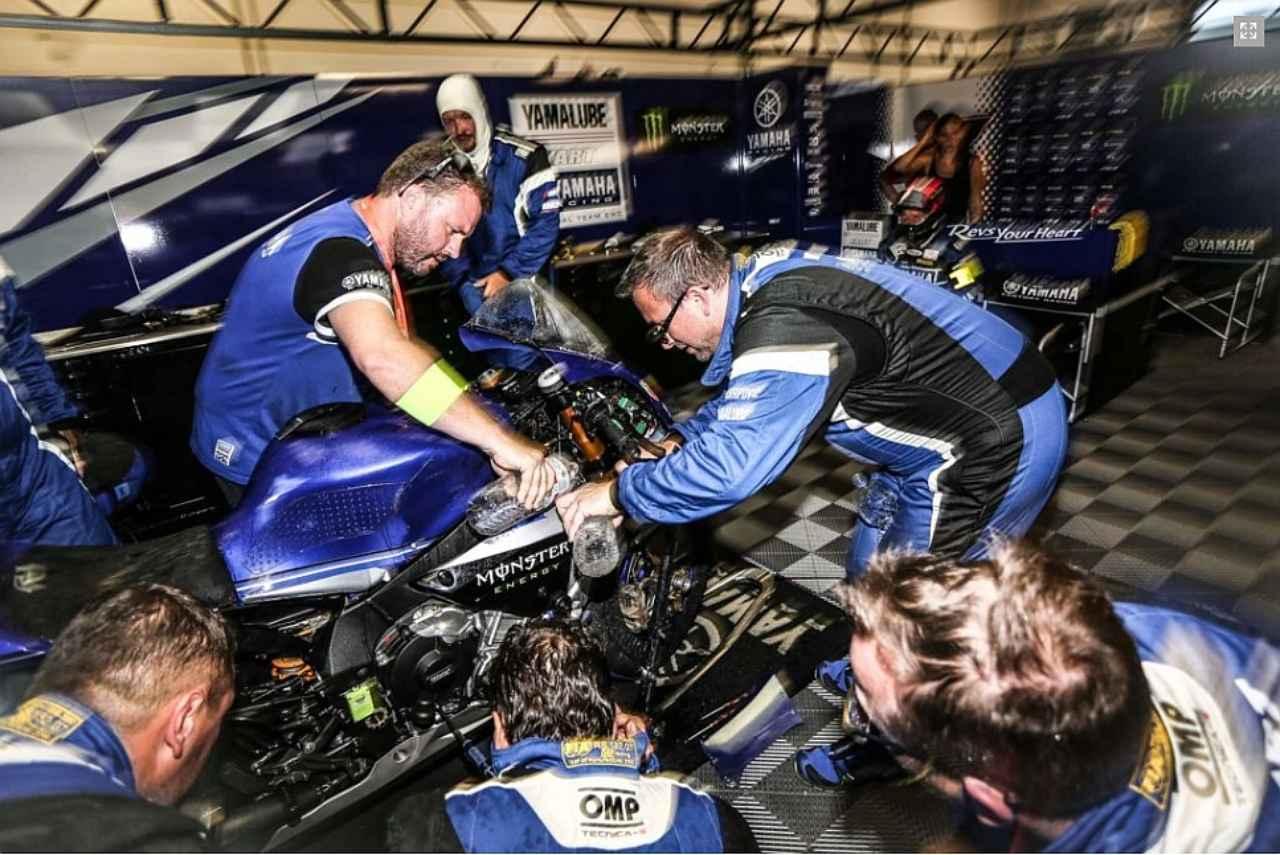 画像: オーバーヒートに見舞われたYART。冷却水、ばんばん入れてますね。でも修復できず、リタイヤです