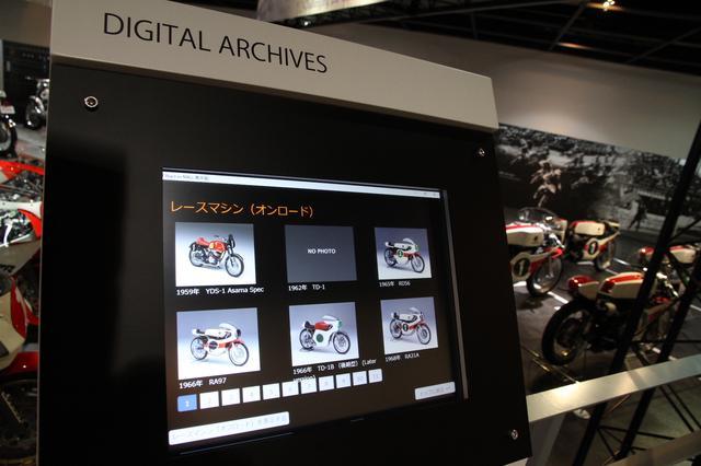 画像: より詳しく知りたい人に向けて、エンジンサウンドや映像などのデジタルコンテンツを収録したモニターも設置されている。