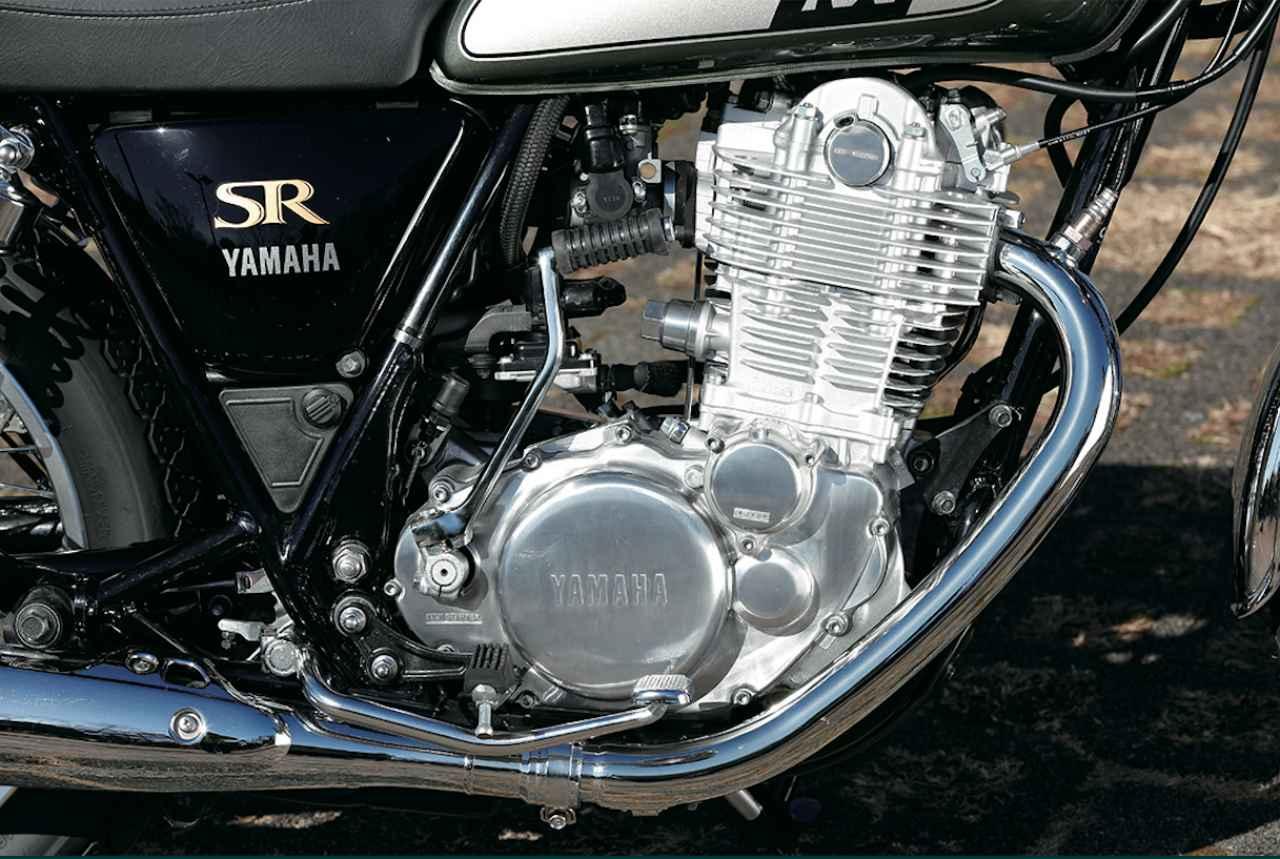 画像: 排ガス対策のためにFI 化されたものの、空冷単気筒SOHC2 バルブ、キック始動のみというエンジン自体は1978 年のデビューから不変。単気筒らしいフィーリング、冷却フィンが目立つ造形も魅力。