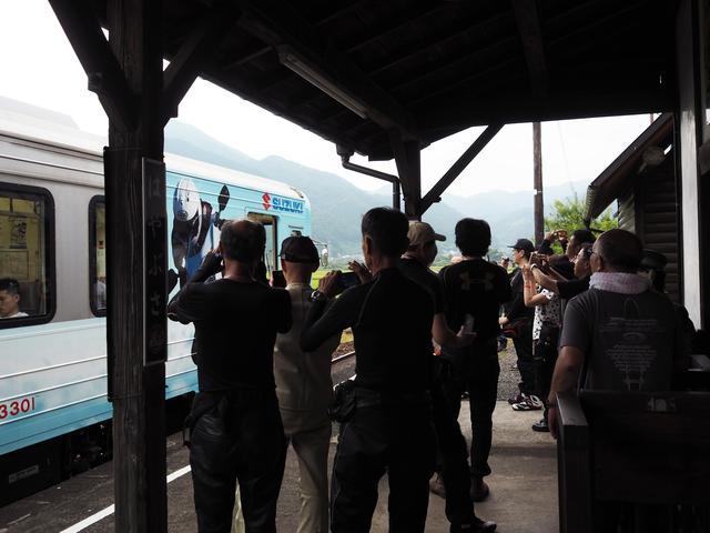 画像: 隼駅にラッピング列車が入線すると、まるで撮り鉄!? バイク乗りが気動車に食いつくってあんまりみない光景ですよね〜。