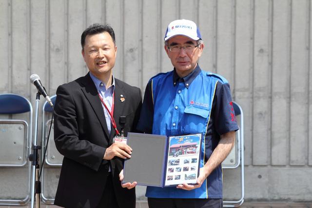 画像: 鈴木俊宏社長も駆けつけました! 手に持ってらっしゃるのは隼切手シートです。 (写真:吉田宙さん)