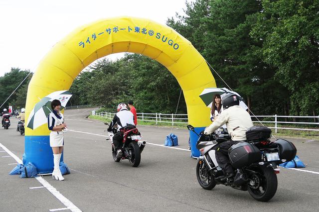 画像: 来場したライダーたちを、SUGOレースクイーンがゲート前でお出迎え。ヤマハ車以外の参加もウエルカムなイベントでした。
