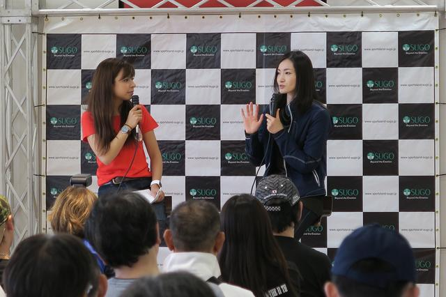 画像: 延時成実さん司会による、荒川静香さんのトークショーも行われました。
