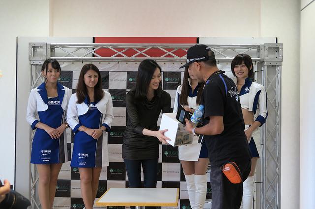 画像: ロッシやロレンソなど、ヤマハライダーの貴重なサイン入りグッズも登場したチャリティーオークションに続き、参加者による善意の募金も行われました。集まった募金は「あしなが東日本大震災遺児支援募金」に寄付されるとのことです。