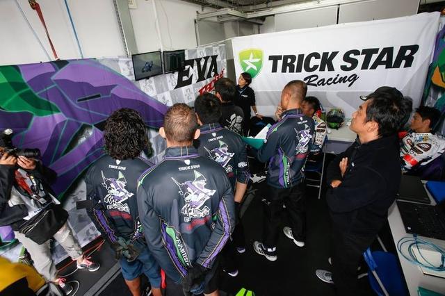 画像: ニゴンの走行を見つめるチームクルー。井筒、出口の顔はもちろん、メカニックの中山さんもいますね。ホント鈴鹿のピットみたい