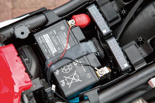 画像: 待機電力がほとんどないので、バッテリー端子への直接接続でも問題なく使える。コード長も約150cmと余裕あり。