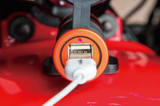 画像: 緑のLEDは「良好な充電状態」を示す。バッテリー電圧が12v〜12.4vになるとエンジン始動もしくはバッテリー充電を促す赤のLEDが点灯。バッテリー電圧が12vを下回ると消灯して充電不可を報せる。