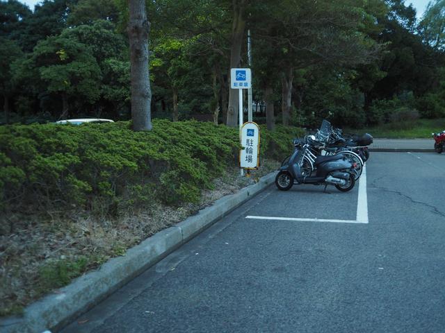 画像: バイクや自転車用の駐輪場も無料。