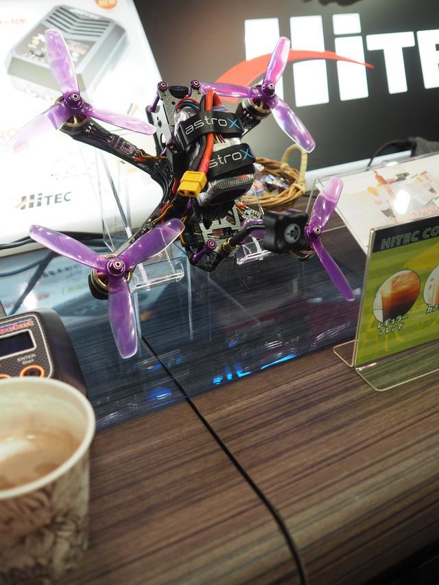 画像: こちらはオリジナルのドローンだそうです。コーヒーを頂いている間はドローンの説明をしてくださいました。そして市販ドローンの展示も拝見♪
