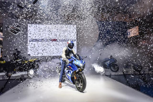 画像: 花火が飛び、紙吹雪が舞う中新型R1000Rで登場したのはケビン・シュワンツご本人!
